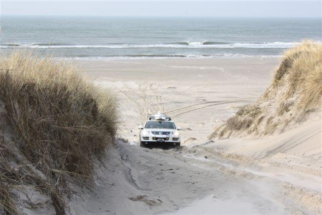 VW Touareg på väg upp från stranden in i Klitterna